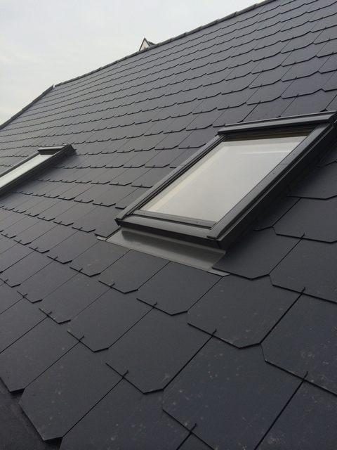 Hellend dak met kunstleien gecombineerd met Velux